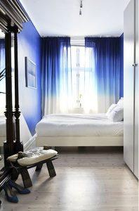Indigo sur le mur et les rideaux tye-and-dye