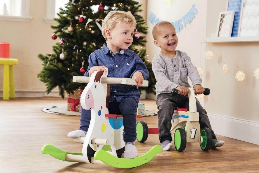 Enfants sur des chevaux à bascule en bois de la marque Playtive de chez Lidl