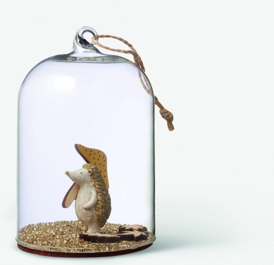 Ornement cloche en verre avec un hérisson à l'intérieur, collection Noël de chez Monoprix
