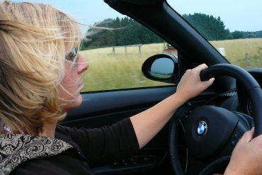 Femme au volant d'une voiture