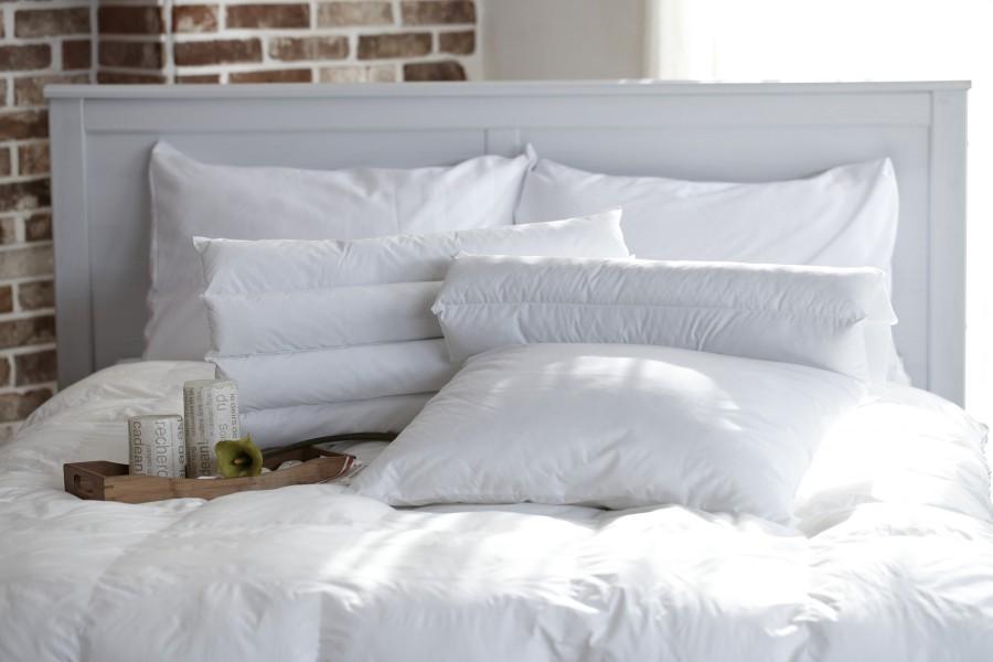 Oreillers blancs dans un lit
