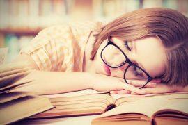 Femme endormie sur un livre