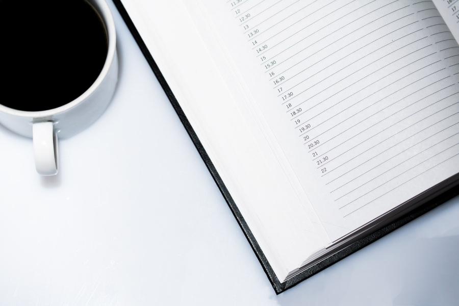 Agenda ouvert sur un bureau