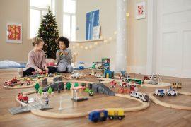 Enfants qui jouent au circuit de train de la marque Playtive de chez Lidl