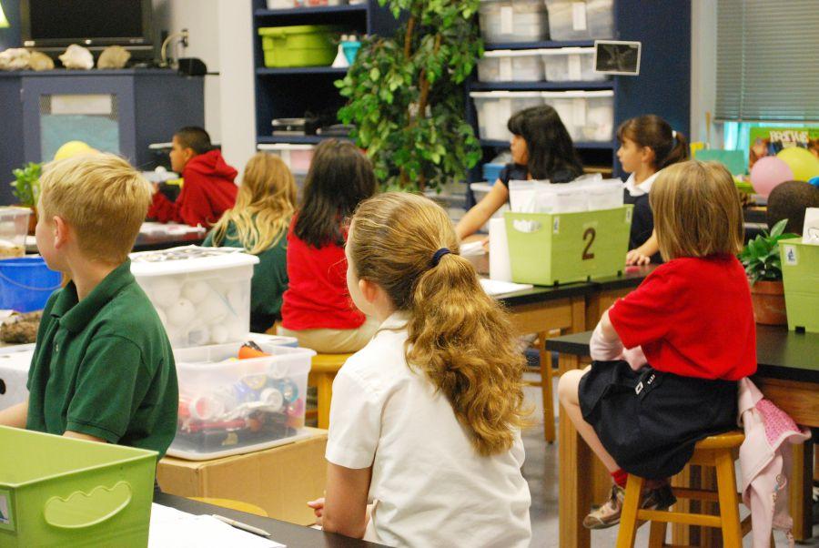 Des enfants dans une salle de classe à l'école