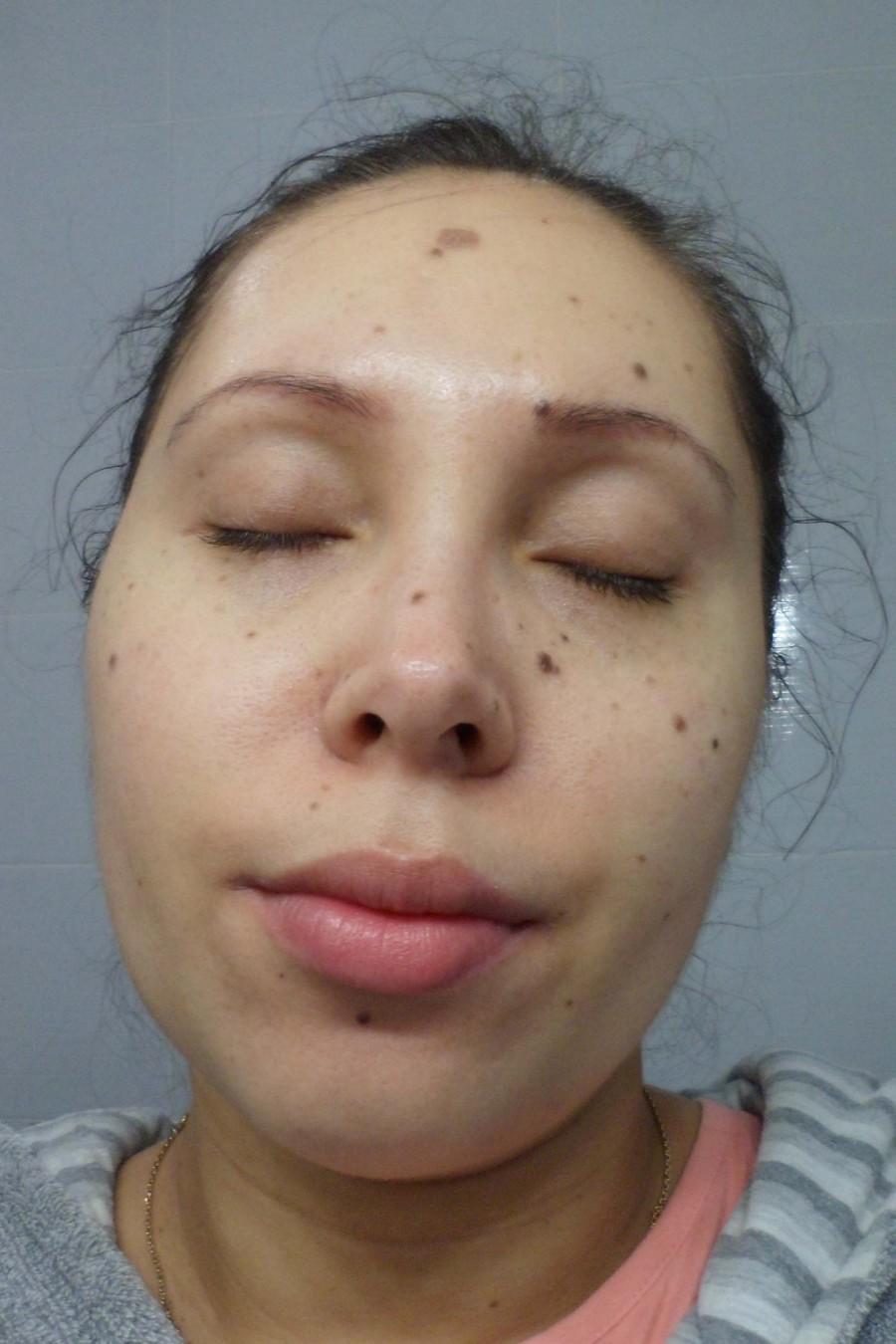 Visage d'une femme après l'application du nettoyant visage egg mousse soap de la marque Too Cool For School
