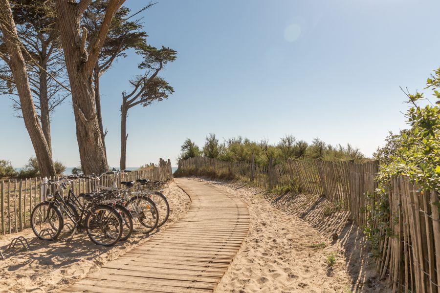 Accès direct à la plage depuis le camping de l'océan sur l'île de ré
