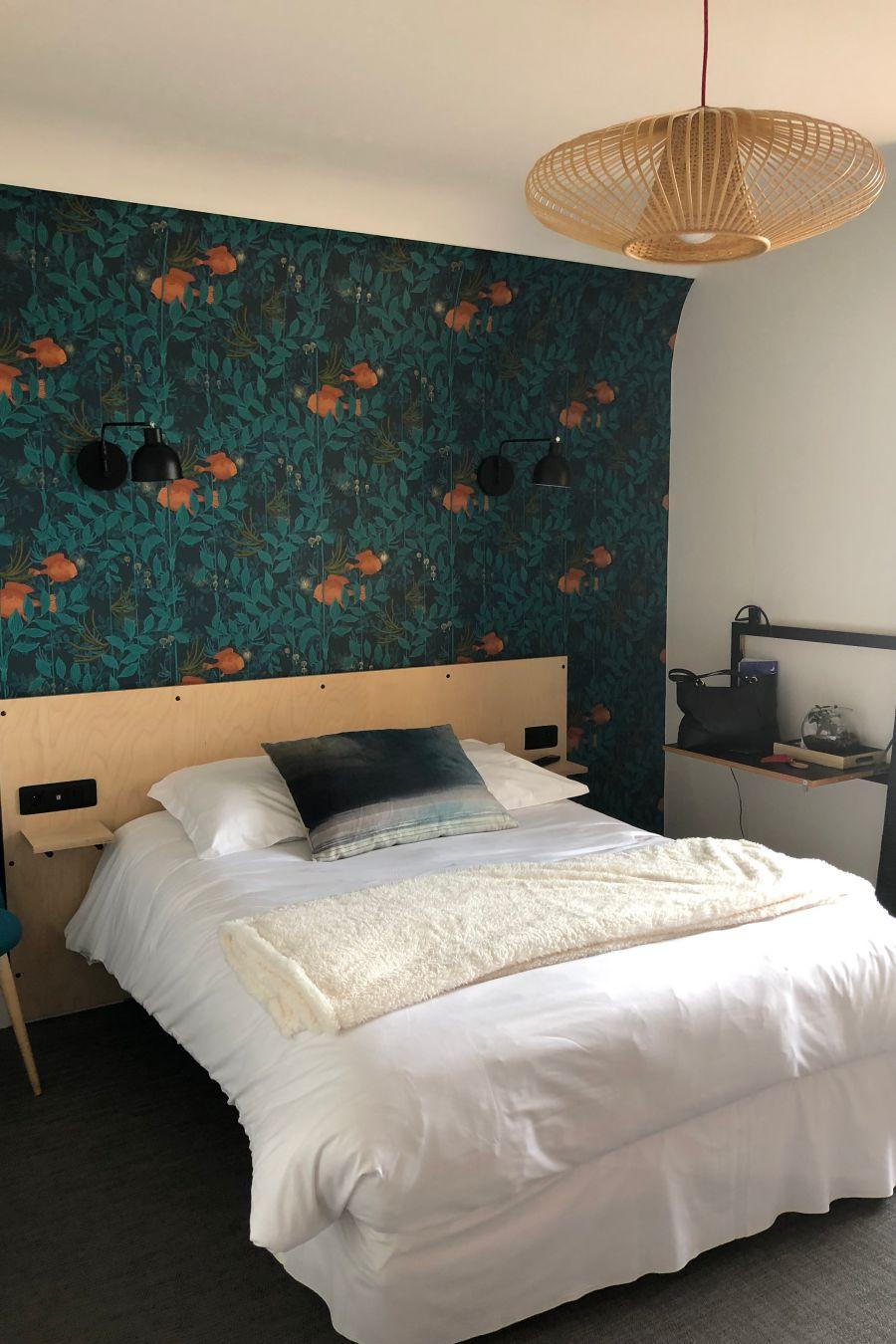 Lit double de la chambre triple vue océan de l'hôtel les charmettes à Saint Malo en Bretagne