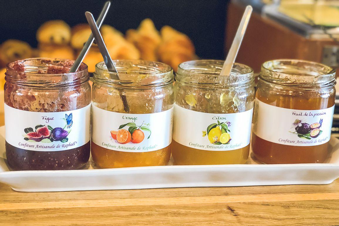 Confitures artisanales proposées au petit déjeuner de l'hôtel les charmettes à saint malo