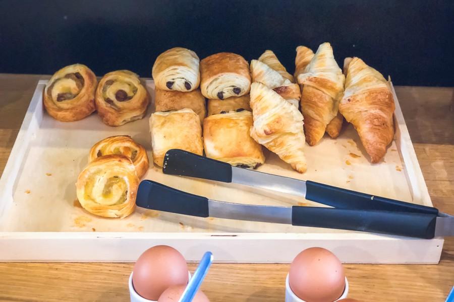 Viennoiseries proposées au petit déjeuner de l'hôtel les charmettes à saint malo