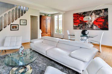 Salon avec canapé, décoration murale et table basse