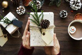 Cadeau de Noël dans les mains de quelqu'un