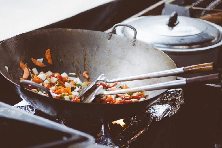 Wok sur une cuisinière