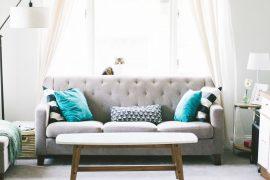 Canapé dans un salon, décoration intérieure