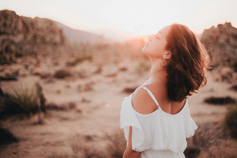 Fille dans une robe sexy au coucher du soleil