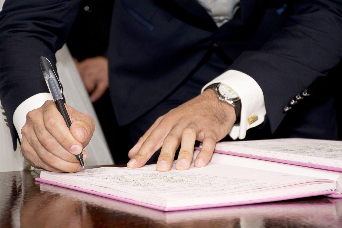 Maire en train de signer un registre
