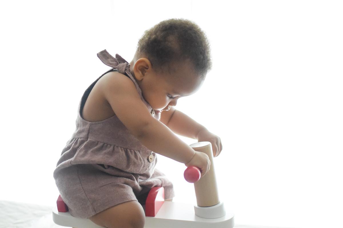 Bébé sur le trotteur 4 roues de la marque Trotibul de chez Oxybul