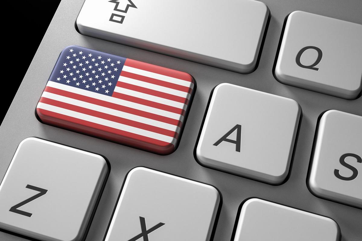 Clavier d'ordinateur avec une touche sur laquelle on trouve le drapeau américain.