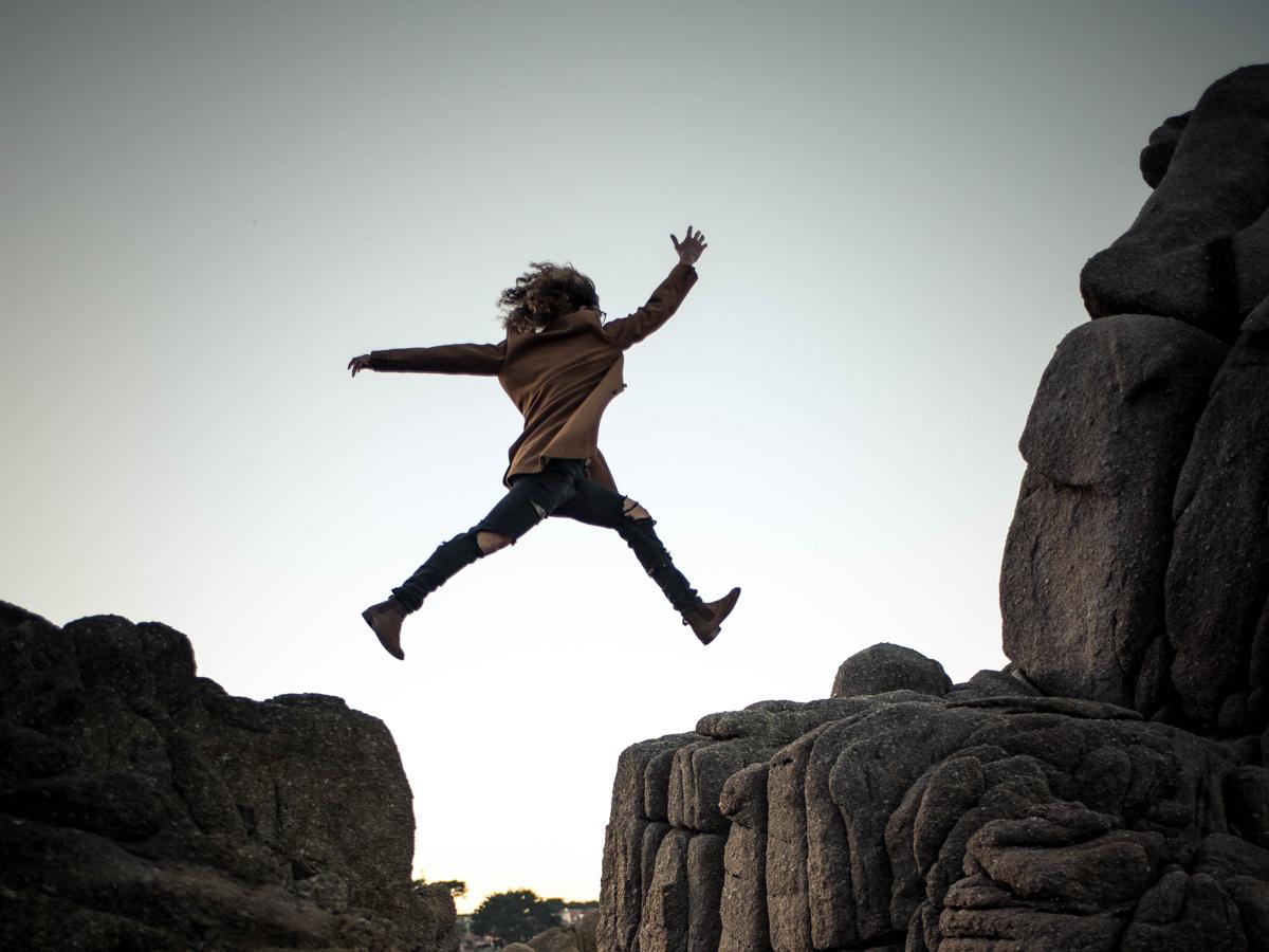 Personne qui saute d'une falaise